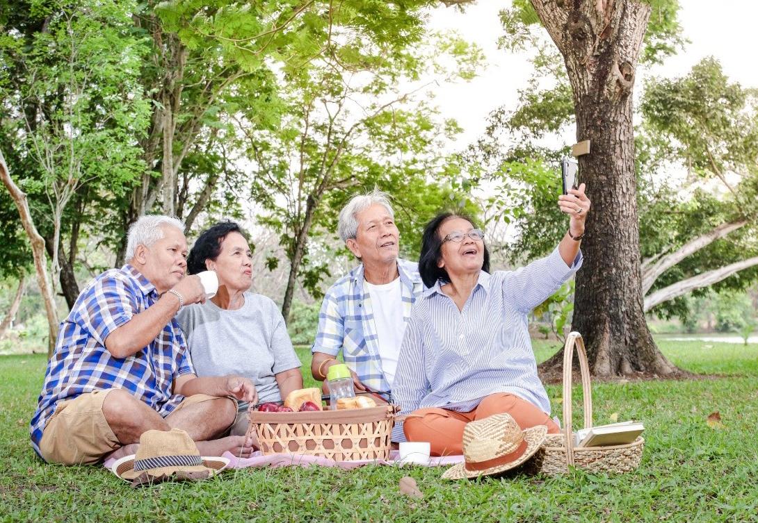 Tinh thần thoải mái, sống khỏe là mong muốn của nhiều người khi cao tuổi. Ảnh: Shutterstock.