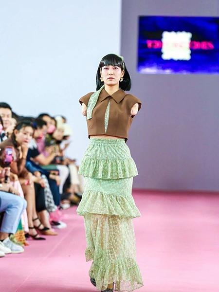 Lôi Khánh Dao biểu diễn trong chương trình thời trang tại Thâm Quyến. Ảnh: sina.