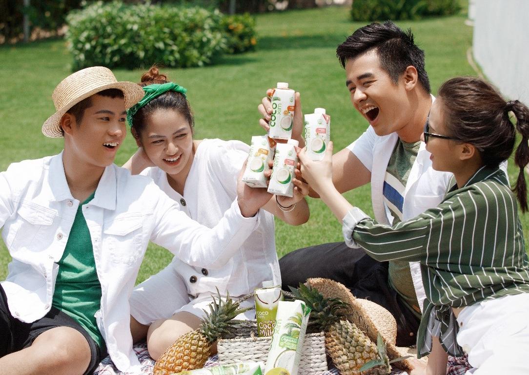 Bạn bè còn có thể dùng nước dừa tươi để tiện lợi mang theo khi tham gia vào nhiều hoạt động ngoài trời dịp Tết.