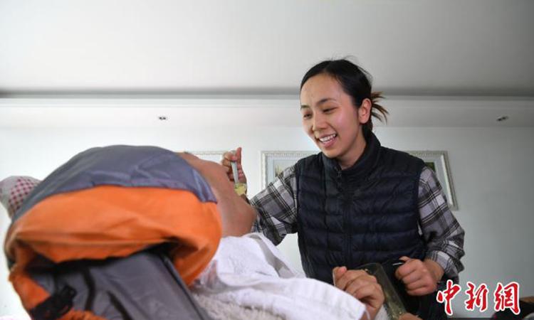 Để có tiền chăm sóc bạn trai, Lưu Ninh hiện bán hạt dưa online và nhận trợ cấp dành cho người tàn tật của địa phương. Ảnh: chinanews.