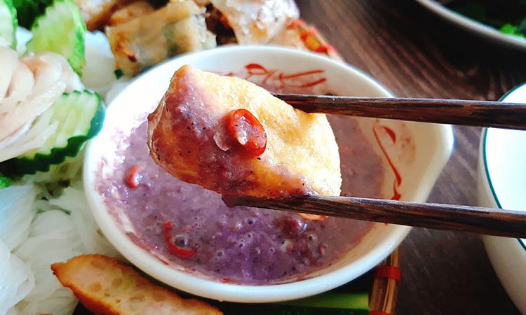 Linh hồn của món ăn ở bát mắm tôm đánh bông lên, hài hòa các vị chua - cay - mặn - ngọt. Ảnh: Bùi Thủy.