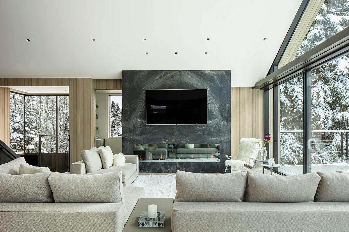 Trang trí tường sau tivi bằng màu tối giúp tivi hài hòa hơn với không gian. Ảnh: Manolo Langis.