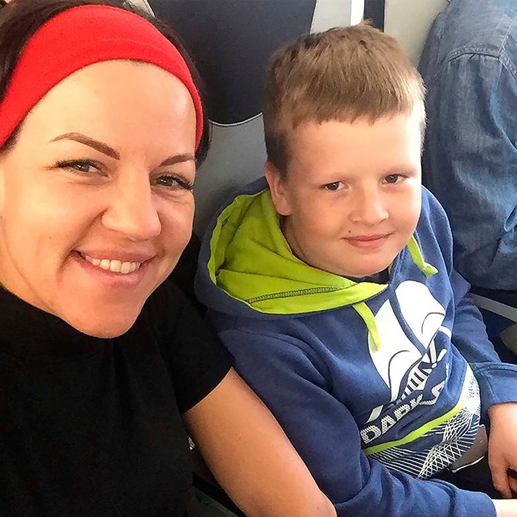 Arkady Aksenov và mẹ, bà Maria Petrova khi tai nạn chưa xảy ra. Ảnh: The Sun.