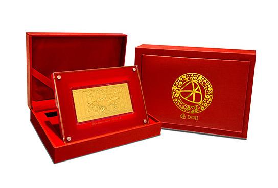 Lì xì mã đáo phủ vàng 24K 2.250.000đ (- 25 %) Sản phẩm được phân phối độc quyền bởi vàng bạc đá quý DOJI.Thông tin sản phẩm:- Sản phẩm có hộp đi kèm- Thích hợp làm quà tặng trong các dịp lễ tết.- Kích thước sản phẩm:135*95mm- 0.8G vàng 24K- Kích thước hộp :123*175mm