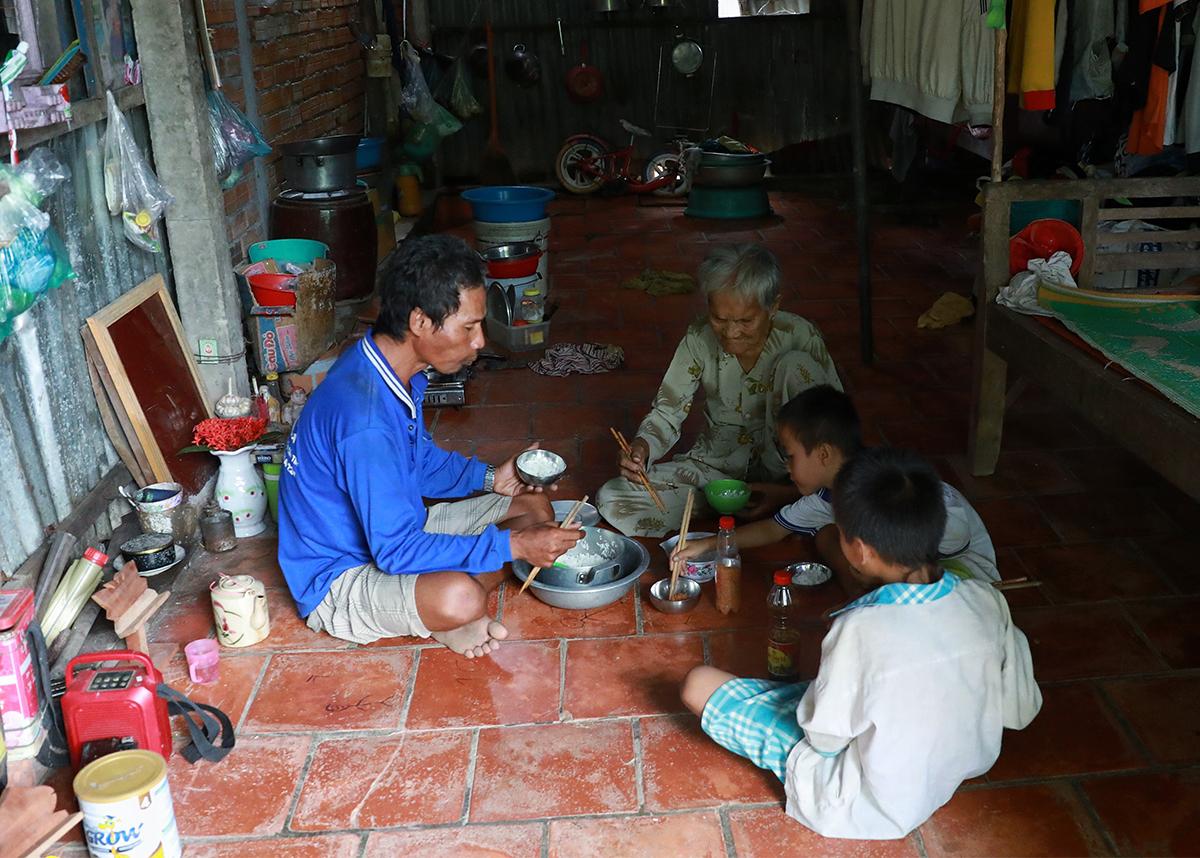 Bữa cơm của gia đình nhà ông Khoánh thường chỉ có lọ muối ớt làm thức ăn. Ảnh: Hữu Khoa.