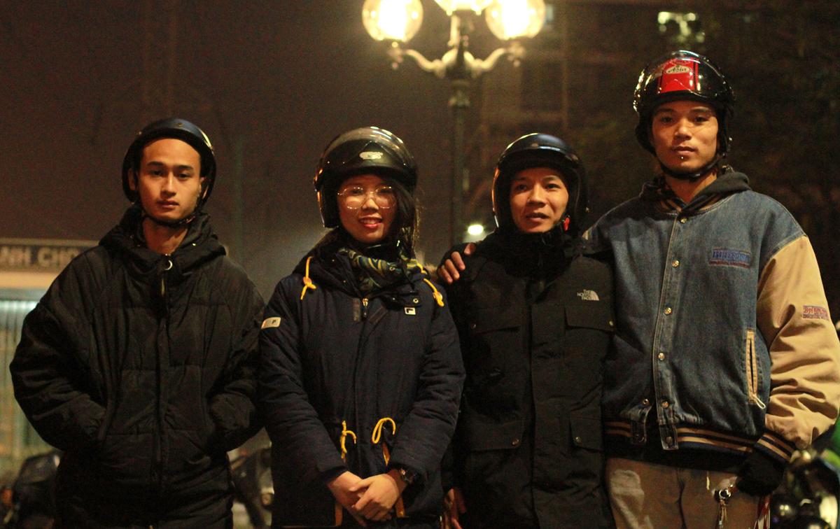 Đội Street Outreach khảo sát xung quanh bến xe Mỹ Đình lúc khoảng 0h, ngày 16/1. Ảnh: Phan Dương.