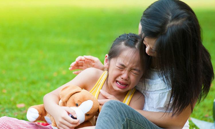 Lời nói dối ấm áp của cha mẹ có thể xua tan những đám mây đen đang trùm lên đứa trẻ và lấp đầy cuộc đời chúng. Ảnh minh họa.