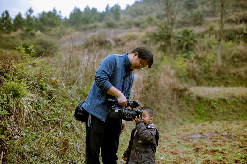 Anh Jiang làm hàng chục bộ phim về những đứa trẻ bị bỏ lại tại quê nhà của mình. Ảnh: Sixthtone.