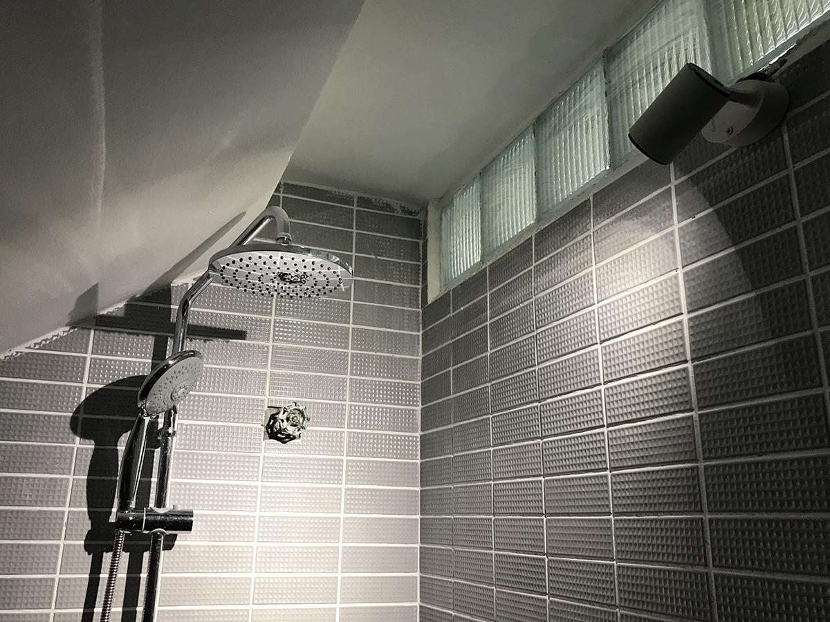 Phòng tắm mới được lấy sáng bằng đèn và gạch kính. Ảnh: Hoàng Anh.