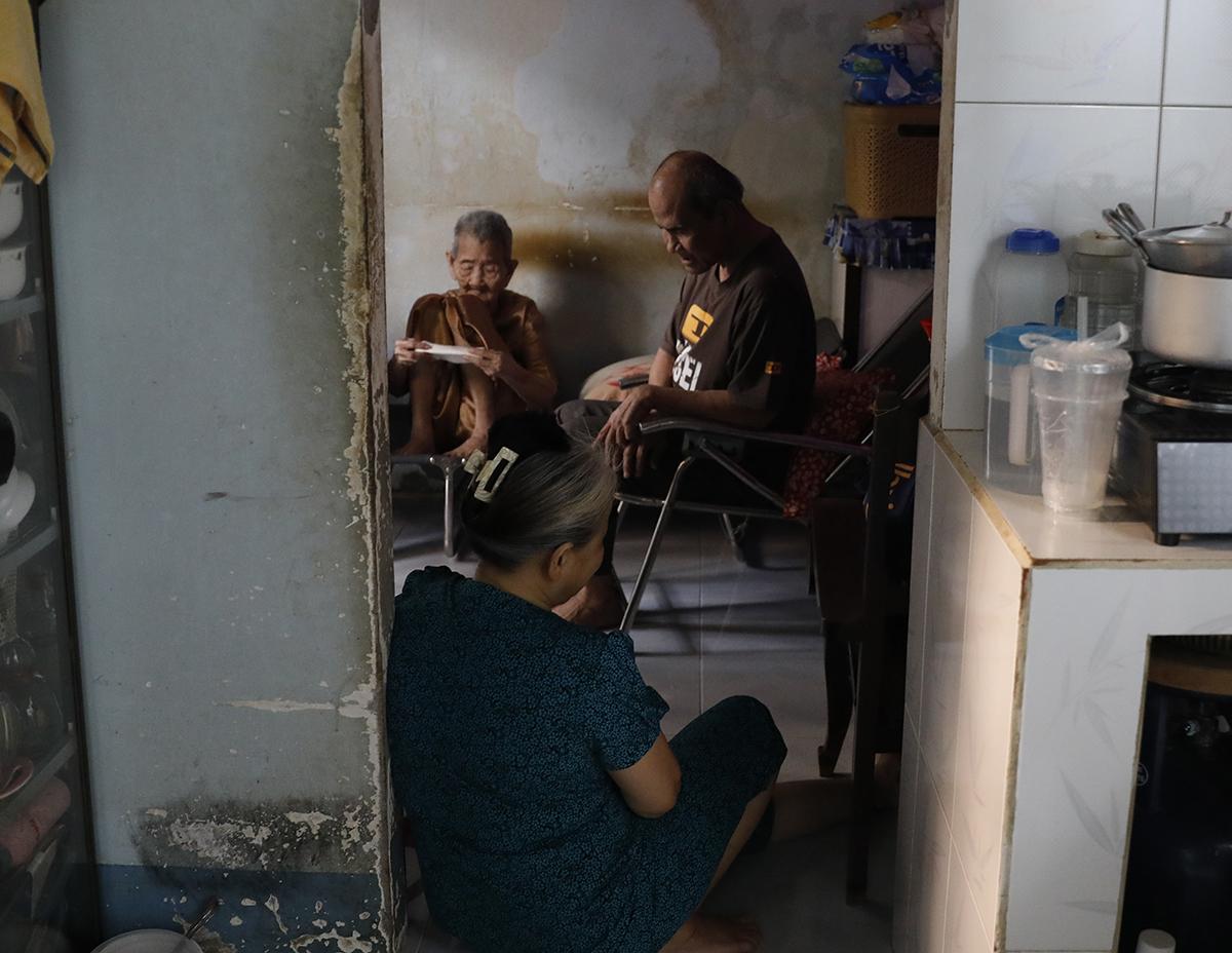 Chú Lộc (70 tuổi) cùng người em