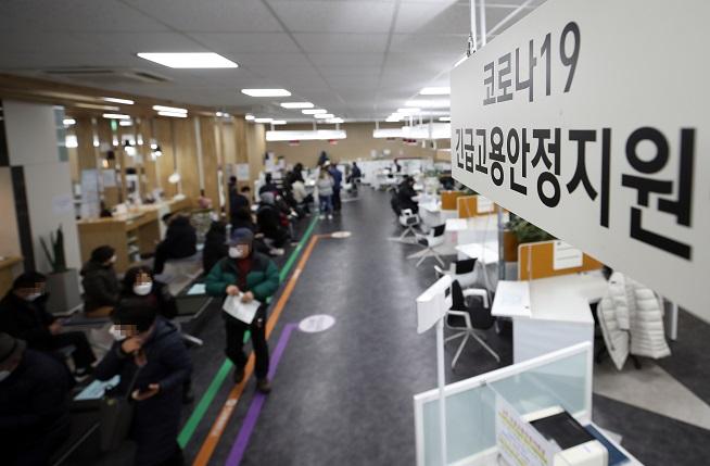 Người trẻ xếp hàng nộp đơn xin trợ cấp thất nghiệp tại thủ đô Seoul sáng ngày 11/1. Ảnh: Yonhap.