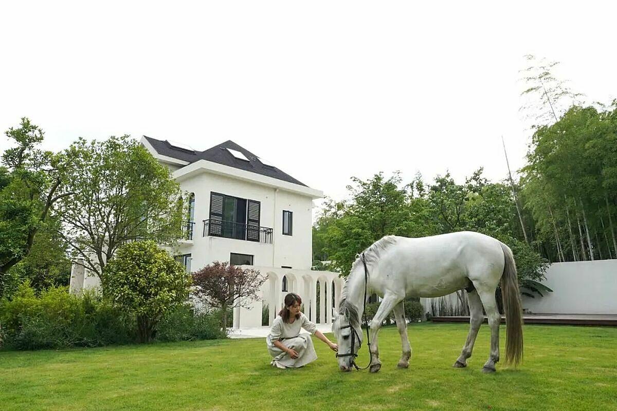 Yin, 29 tuổi với chú ngựa bạch gợi nhớ tuổi thơ. Ảnh: Zhuanlan.
