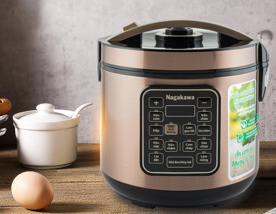 Nồi cơm điện tách đường Nagakawa NAG0120phân tách đường, tinh bột và carbohydrate, nhưng vẫn bảo toàn dinh dưỡng trong gạo, phù hợp cho người thừa cân, tiểu đường, huyết áp và ăn kiêng. Nếu không muốn tách đường, nồi vẫn có chế độ nấu cơm thường. Nồi cung cấp 10 chương trình nấu với bảng điều khiển điện tử bằng tiếng Việt. Dung tích 1,8 lít phù hợp với 4-5 người ăn. Vỏ nồi làm từ chất liệu nhựa kết hợp với thép không gỉ. Lòng nồi được làm từ hợp kim nhôm phủ chống dính teflon đa lớp. Sản phẩm bảo hành 12 tháng chính hãng. Giá niêm yết 2,739 triệu đồng, cuối tuần giảm 46% còn 1,49 triệu đồng.