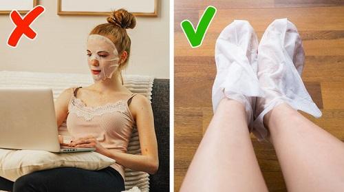 Mặt nạ hết hạn có thể dùng đắp chân, cổ, ngực hoặc tay để tăng cường độ ẩm. Ảnh minh họa: Brightside.