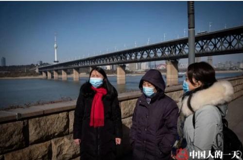 Ba mẹ con Luo đi dạo trên sông Dương Tử. Người mẹ gần như đã quên mọi kỷ niệm. Ảnh: Chinanews