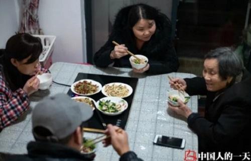 Chồng của Luo Zhen về nhà ăn tối cùng cả gia đình. Cô đã quên chuyện khó chịu khi anh bỏ khỏi nhà. Ảnh: Chinanews.