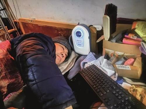 Zhang Dayong nằm trên giường nhưng giúp đỡ nhiều gia đình tìm được người thân. Ảnh: Sina.