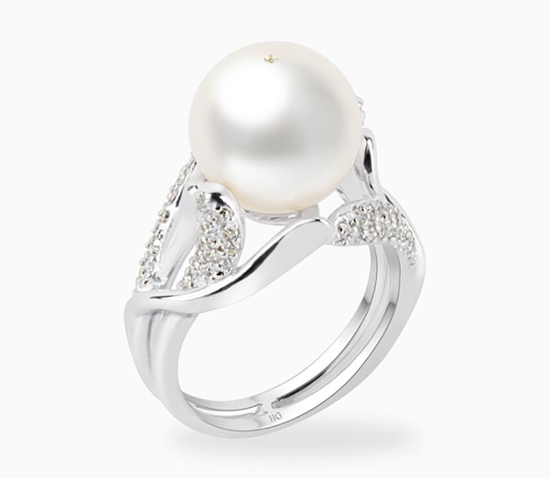 Nhẫn R9067S0F33W084001Z066 chế tác từ ngọc trai nước ngọt màu trắng đường kính 11 - 12 mm và bạc quý kim và đính nhiều viên đá CZ. Sản phẩm có giá 2,35 triệu đồng, giảm 15% còn 1.997.500 đồng.