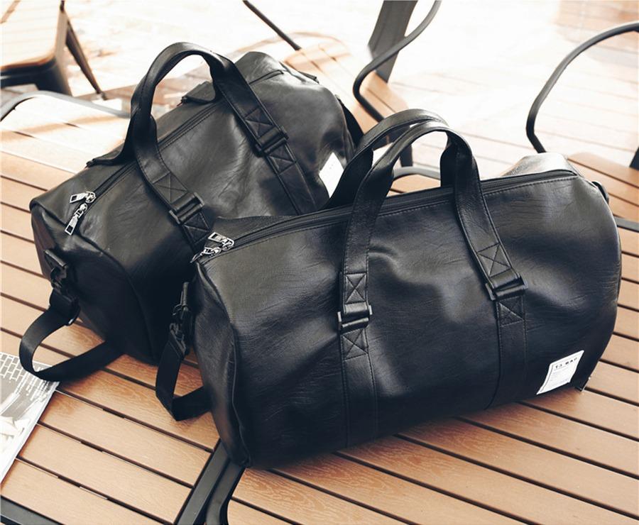 Túi xách du lịch da Manzo TDL20 làm từ chất liệu da PU, thiết kế trẻ trung, có khả năng chống nước, chống bụi. Túi để vừa laptop 15,5 inch, nhẹ, khối lượng chỉ 0,8 kg. Túi màu đen dễ sử dụng, có ngăn chứa giày riêng không lo dơ quần áo. Sản phẩm có giá 250.000 đồng, giảm 20% so với giá gốc.