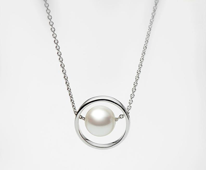 Dây chuyền N1736S0F21W038001K000 chế tác từ bạc quý kim đính kèm một viên ngọc trai nước ngọt màu trắng có kích thước 7 - 8 mm cùng một số viên đá CZ. Sản phẩm có giá 1,1 triệu đồng, giảm 15% còn 935.000 đồng.