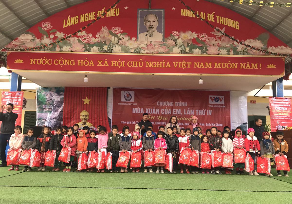 Bibica trao tặng quà ngày xuân cho các trẻ em ở Hà Giang trong chương trình Tết yêu thương năm 2020. Ảnh: Bibica.