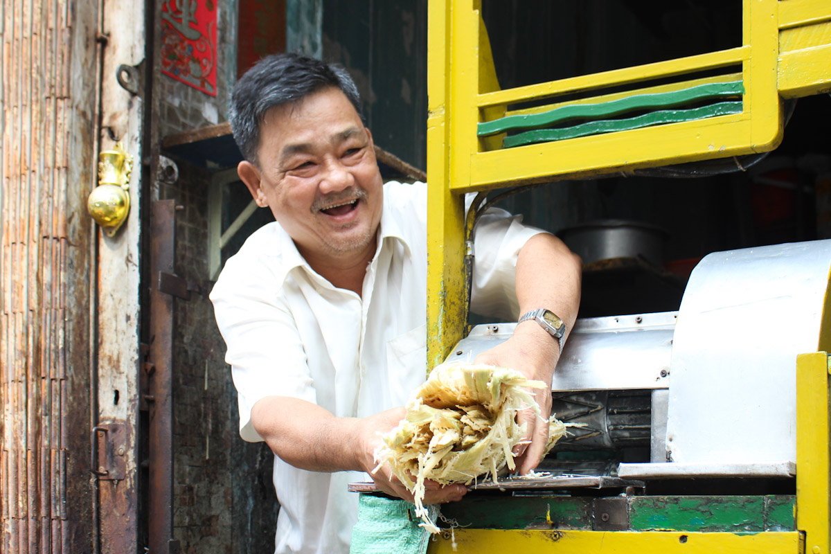 Chiếc xe nước mía có tuổi đời hơn 65 năm vẫn được ông Tùng sử dụng. Ảnh: Diệp Phan.