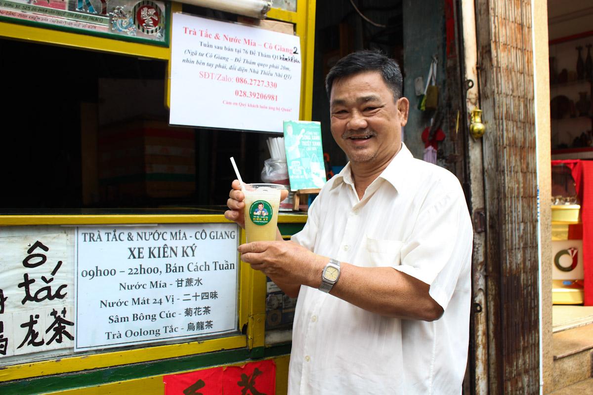 Hiện nay, ngoài nước mía, ông Tùng phải bán thêm nhiều loại nước tự nấu khác để đảm bảo thu nhập cho gia đình. Ảnh: Diệp Phan.