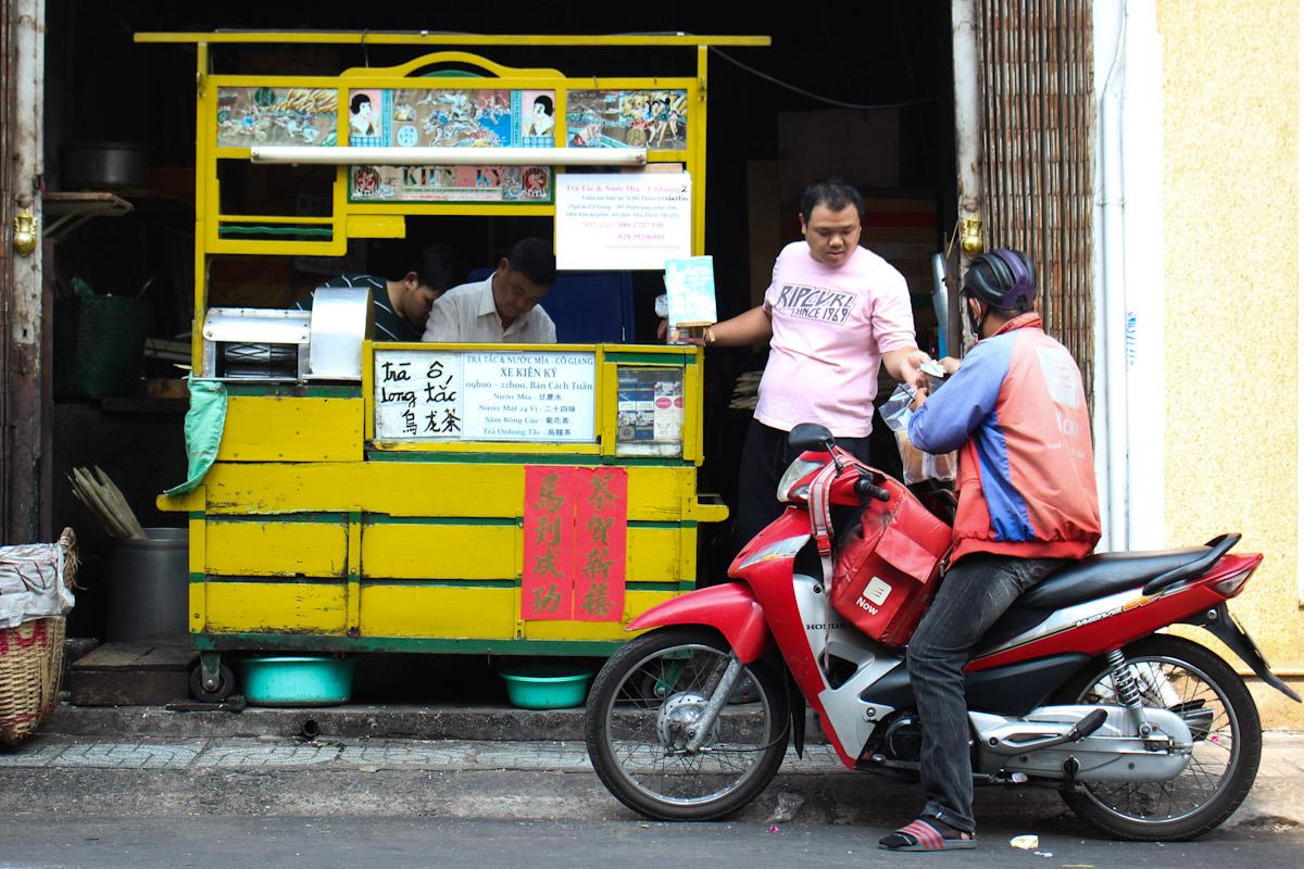 Xe nước mía trước cửa nhà ông Tùng ở số 30 đường Cô Giang, quận 1. Ảnh: Diệp Phan.