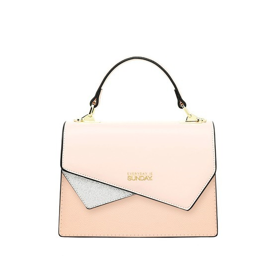 Sunday SDHB 050120 handbag has a stylized clip like an envelope.  Sunday logo printed on the lid, light pink feminine tones, easy to wear with many styles of costumes.  Synthetic leather material, meticulous seams.  The product is available in light pink and black, priced at 299,000 VND.
