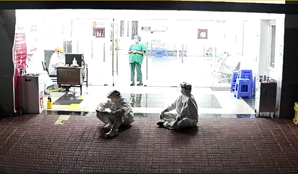Nhân viên y tế Bệnh viện Phổi Quảng Ninh ngồi chờ đón bệnh nhân mới. Ảnh: Bệnh viện cung cấp.