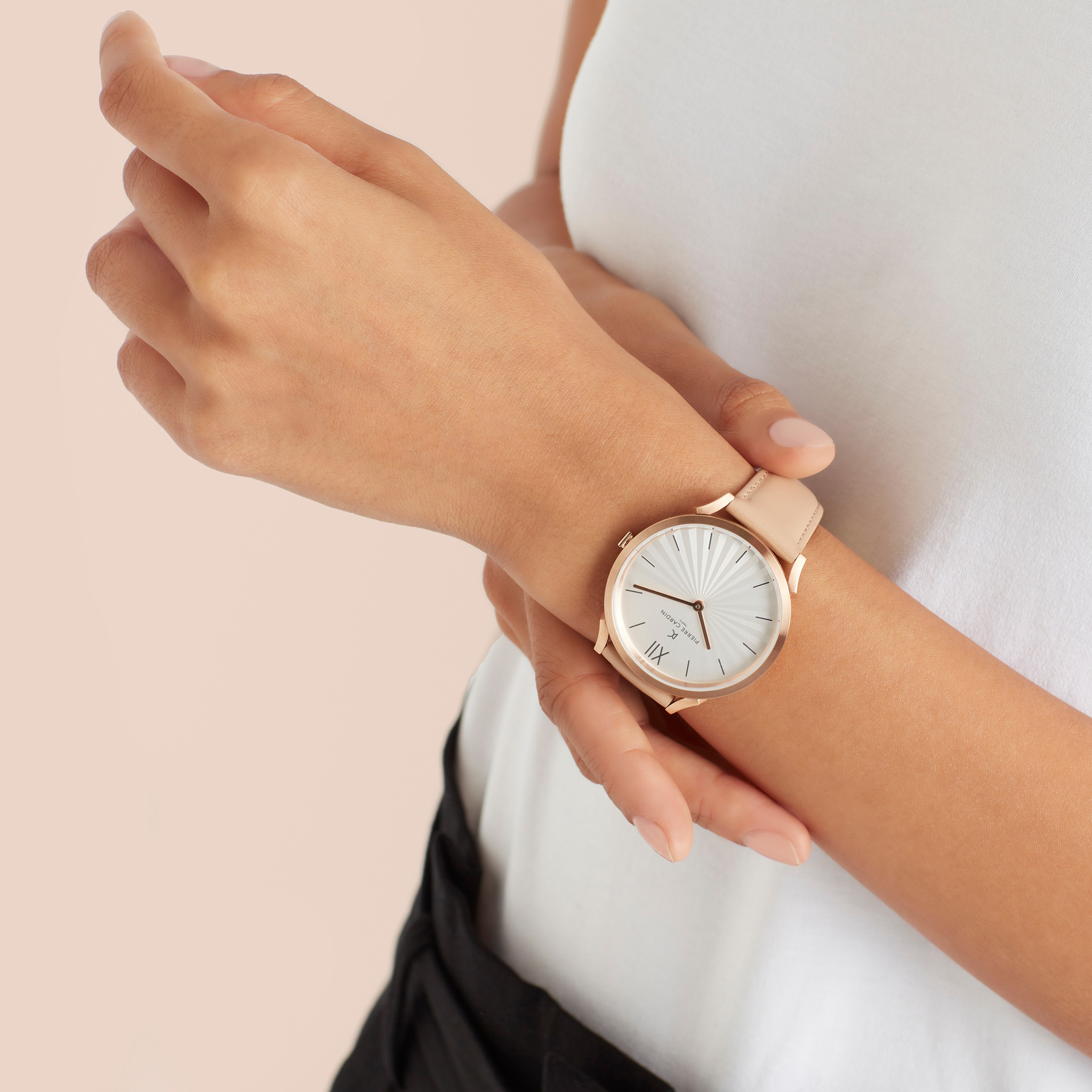 Pierre Cardin genuine watch CPI.2002 has a design suitable for both men and women.  Elegant white dial with metallic stripe numerals, two hour and minute hands.  Elegant cream-colored leather band with gold-plated metal bezel.  The product is priced at 1.9 million dong, 50% lower than the original price.