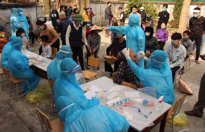 Người dân Chí Linh, Hải Dương lấy mẫu xét nghiệm Covid-19. Ảnh: Bộ Y tế.