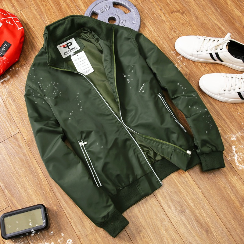 Pigofashion akd36 male umbrella jacket is made of laminated fabric, sewn two layers, is both sunproof and waterproof.  Zippers with reflective trim, split pockets on both sides with zipper.  The shirt consists of three colors black, dark blue and moss green, currently priced at 189,000 VND.
