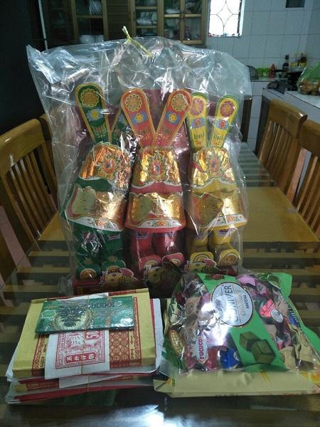Đồ cúng ông Táo gồm tiền vàng, mũ, quần áo, bánh kẹo được chị Hạnh sắm sửa trước khi lệnh phong tỏa ban hành. Ảnh: Nhân vật cung cấp.