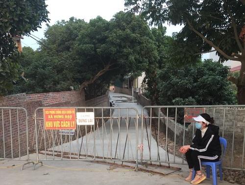 Cán bộ làm nhiệm vụ trực chốt tại chốt cách ly thuộc xã Hưng Đạo, TP Chí Linh, Hải Dương. Ảnh: Vũ Chí Hậu.