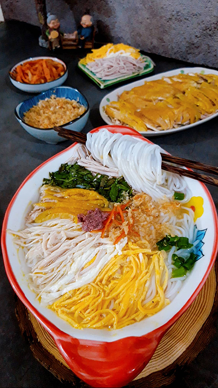 Maybe with many types of vermicelli, people just stack the ingredients and fill the broth, but with bun thang, housewives have to separate the ingredients into each corner to make the bowl ... beautiful like a picture.  Photo: Bui Thuy.
