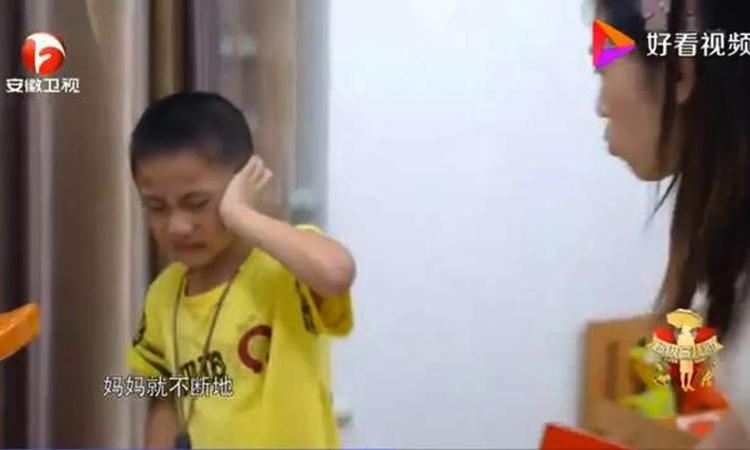 Cậu bé Hảo Hảo phản ứng khi bị mẹ mắng và đay nghiến do chưa làm bài tập về nhà. Ảnh: qq.