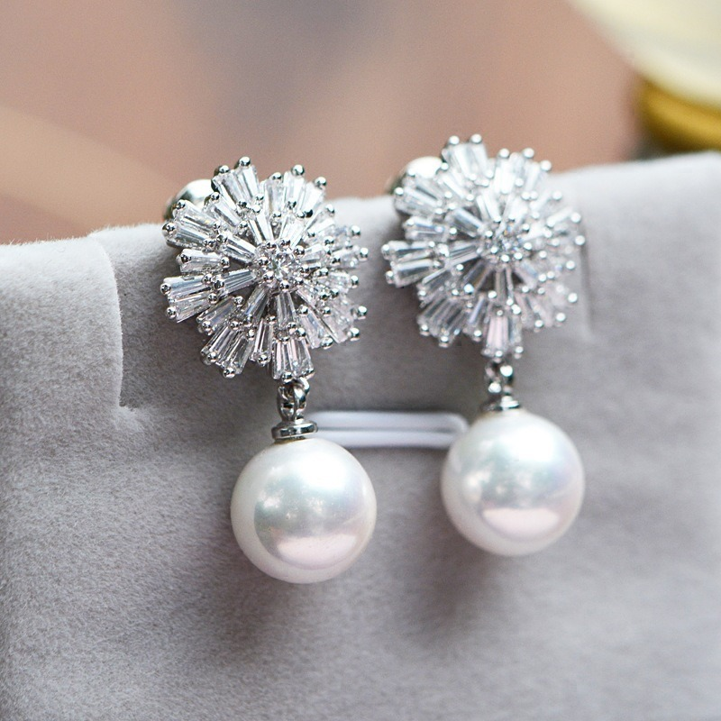 Snowflake Pearl D CTJ2501D earrings attached with crystal stones with white coral pearls.  The design of white snowflakes is gentle, elegant, easy to mix with many other jewelry models.  The product is priced at 220,000 VND, 46% lower than the original price.