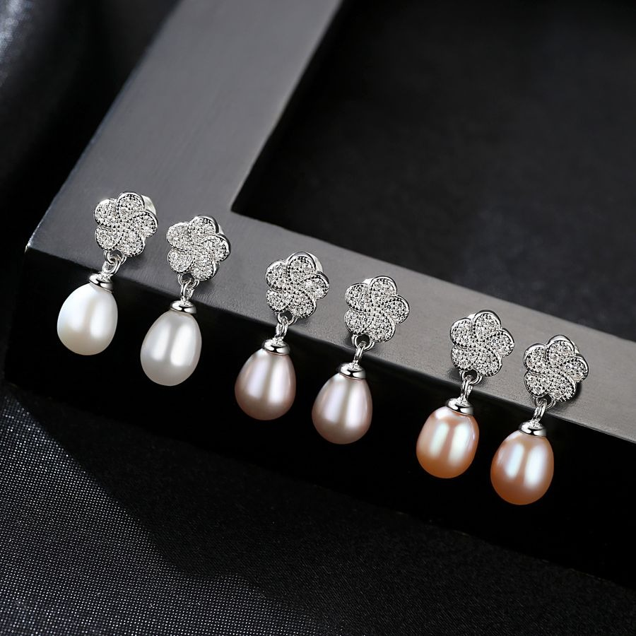 Sakura Pearl CTJ4010 natural freshwater pearl earrings are priced at 380,000 VND, 40% lower than the original price.  Earrings are made of elongated pearls, and the highlight is silver ingot shape reminiscent of cherry blossoms.  The product has three colors: white, light purple and orange for women to choose from.