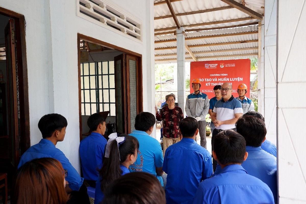 Buổi đào tạo và huấn luyện kỹ thuật sơn của Nippon Paint Việt Nam cho đoàn thanh niên tại tỉnh Tiền Giang. Ảnh: Nippon Paint Việt Nam