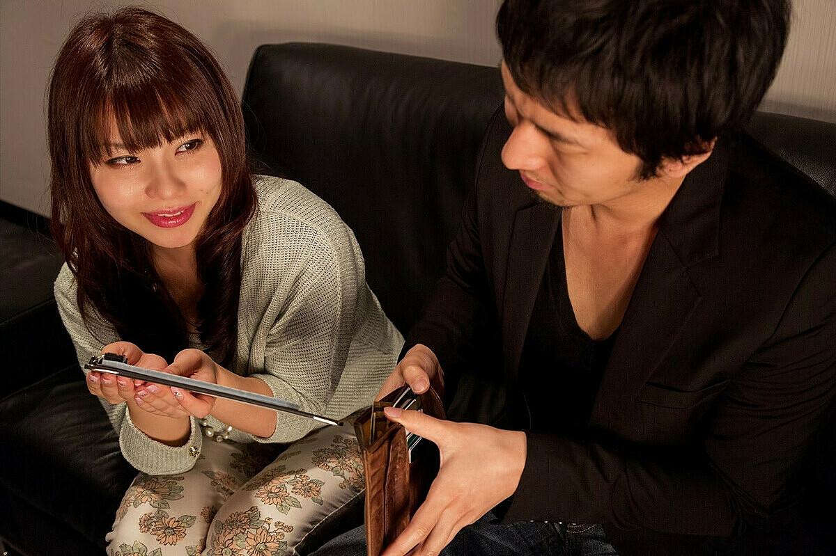 Quan điểm về việc Ai nên trả tiền cho buổi hẹn hò đầu tiên đang có sự chuyển biến giữa các thế hệ, trong đó, nhóm người trẻ thiên về ý kiến Cả hai nên chia đôi. Ảnh: JapanToday/Pakutaso.