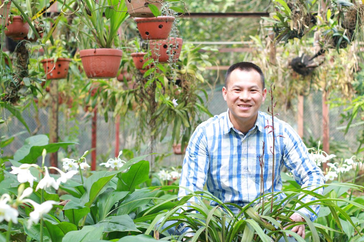 Anh Cảnh bên vườn lan với các loài quen thuộc, dễ trồng được sưu tầm từ khi 14 tuổi. Ảnh: Phan Dương.