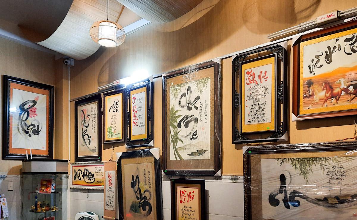 Một góc trưng bày những bức tranh thư pháp của Thiên Phú ở nhà. Ảnh: Diệp Phan.