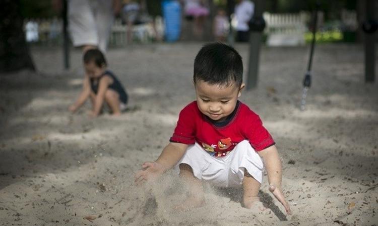 Những trò chơi có vẻ bẩn thỉu, chẳng hạn như viết nguệch ngoạc, bôi bẩn trên giấy vẽ, nhảy trên bùn cát nhớp nháp hay tháo tung những loại đồ chơi khác nhau... đều thể hiện sự tò mò, muốn khám phá của trẻ. Ảnh minh họa.