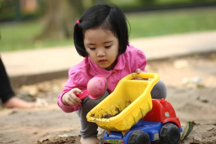 Nếu sợ bẩn mà cấm đoán trẻ khám phá những điều mới lạ thì đó là thiệt thòi lớn. Ảnh minh họa.