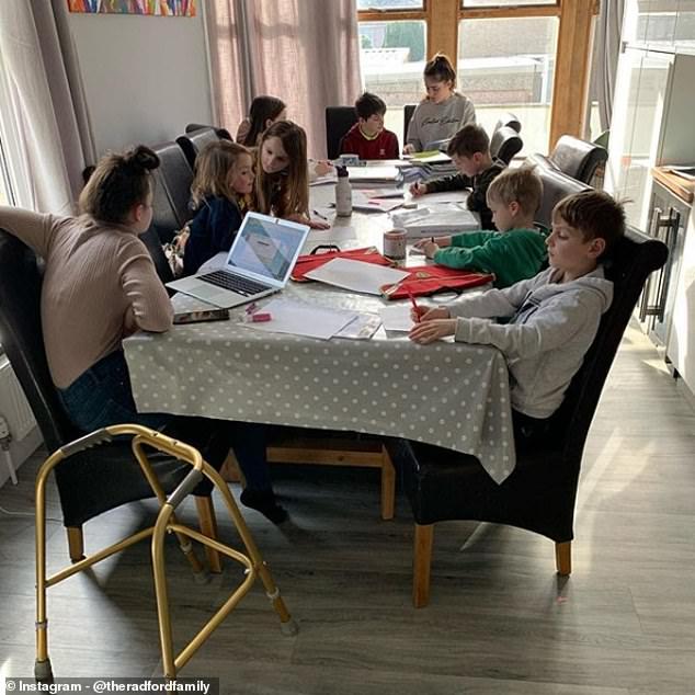 Bàn ăn thành bàn học cho 9 đứa trẻ.