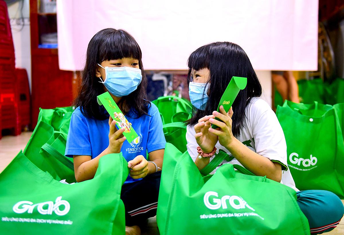 Các em nhỏ ở mái ấm La Vang (quận Tân Phú, TP HCM) phấn khởi nhận những món quà gồm lì xì,      gạo và các nhu yếu phẩm khác vào ngày 2/2.