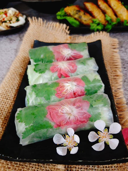 Peach blossom spring rolls are very suitable in Tet holidays because peach blossoms are available.  Photo: Bui Thuy.