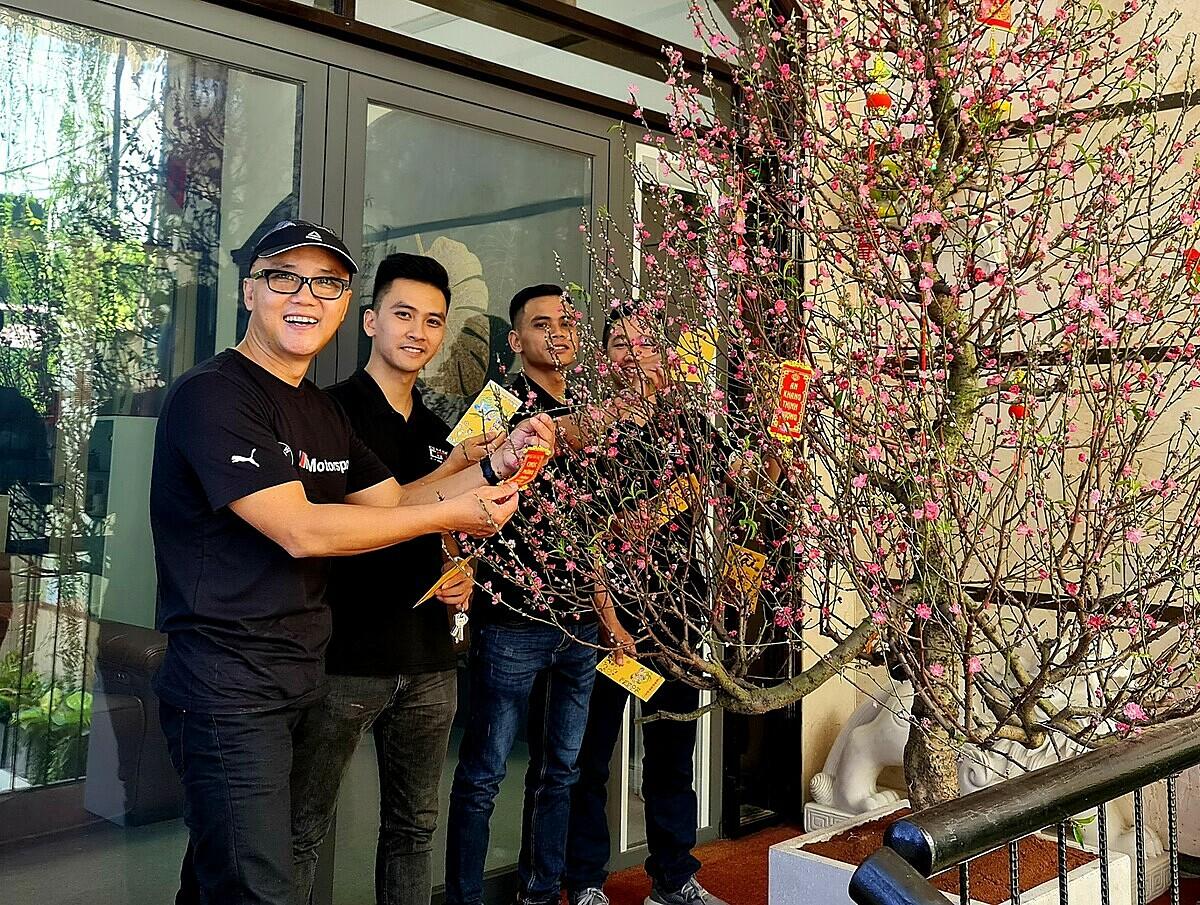 Kiến trúc sư Truyền (ngoài cùng bên trái) cùng nhân viên trang trí Tết ở công ty. Ảnh: Thanh Truyền.