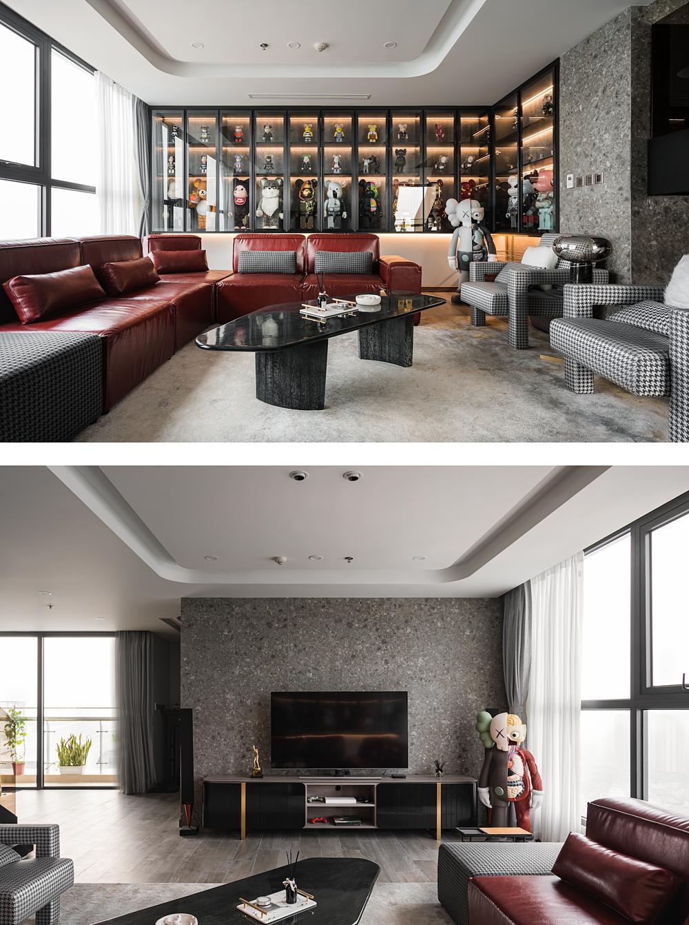 Bộ sưu tập đắt giá cùng sofa đỏ tạo điểm nhấn cho phòng khách. Ảnh: ABlueBird Photography.